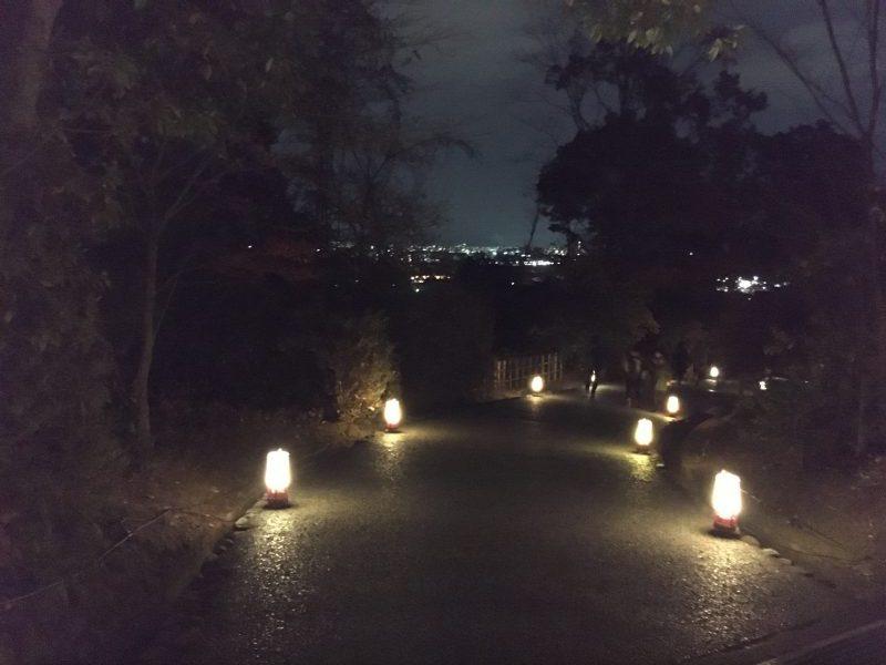 京都の夜景を望む 亀山公園の灯籠の小径